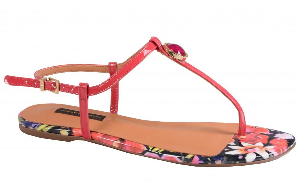Para momentos de relax, a sandália floral de salto baixo garante a elegância.