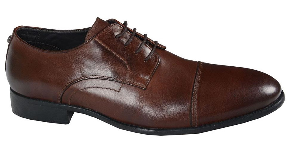 Sapato masculino em couro marrom.